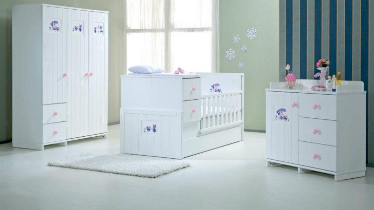 Çizgili ve Sade Kız Bebek Odası